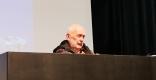 Ricard de Vargas, historiador, escriptor i militant llibertari d'ideologia anarquista i anticapitalista durant la conferència ||L'AULA