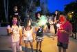Uns infants encenent unes bengales a la revetlla de Sant Joan del 2020