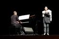Lloll Bertran, acompanyada al piano per Isaac Fonoll, actuant dimarts.    L'AULA