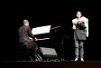 Lloll Bertran, acompanyada al piano per Isaac Fonoll, actuant dimarts. || L'AULA