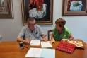 Salvador Juanpere i Olga Medinabeitia signant la donació del llegat