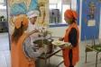 Moment del repartiment del dinar al menjador de l'Escola Joan Blanquer / Arxiu