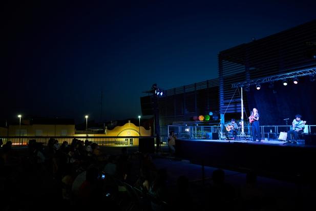 El públic va gaudir amb el concert de Judit Neddermann al FemFestival, a la plaça d'El Mirador.   Q. PASCUAL
