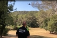 Un agent de la policia local controla el dron que aquests dies reforçarà la vigilància del medi natural