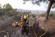 Un bomber voluntari del parc de Castellar fent tasques d'extinció del foc forestal de Terrassa, que va tenir lloc el passat 10 de juliol / Bombers Castellar