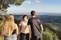 La informadora Anna Aulet parlant amb uns joves a prop del parc