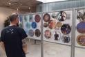 Un visitant a l'exposició d'objectes del Cercle del Col·leccionista