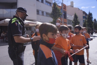 Alumnes de 4t de primària d'El Casal realitzant el taller amb un agent de la Policia Local / C. Díaz
