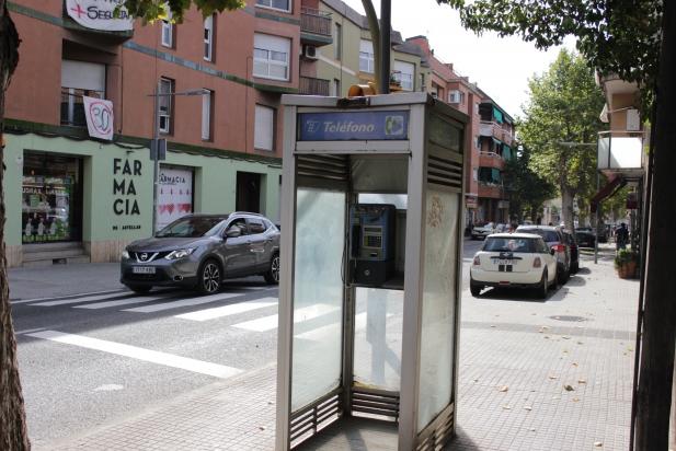 La cabina coberta que encara està dempeus a la carretera de Sabadell