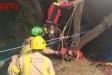 El rescat dels bombers en el moment de pujar la víctima amb llitera || Bombers