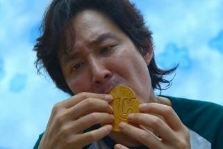 Una escena de la sèrie 'El juego del calamar' on es reprodueix el joc de retallar galetes Dalgona